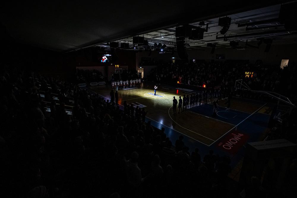 ÖSTERSUND 20211007<br /> Camilla Göransson-Norrby sjungerJämtlandssången  under torsdagens match i basketligan mellan Jämtland Basket och Norrköping Dolphins.<br /> Foto: Per Danielsson / Projekt.P