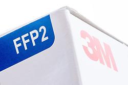 THEMENBILD - Atemschutzmaske mit der Schutzklasse FFP2 der US Amerikanischen Firma 3M. Einweg-P2-Atemschutzgerät mit Schutz gegen feine Partikel. Zwillingsbanddesign, Nasenschaum und der Nasenclip sorgen für angenehmen Tragekomfort über eine Reihe von Gesichtsgrößen. Langlebige, zusammenbrechende Innenschale. Das 3M Cool Flow Ventil reduziert den Wärme- und Feuchtigkeitsaufbau, um den Trägern einen angenehmen Schutz zu bieten, auch bei heißen und feuchten Bedingung. Aufgenommen am 4. April. 2020 // Respirator mask with the protection class FFP2 of the US company 3M. Disposable P2 respirator with protection against fine particles. Twin band design, nasal foam and the nose clip ensure a comfortable fit across a range of face sizes. Durable, collapsing inner shell. 3M Cool Flow valve reduces the build-up of heat and moisture in order to offer the wearer pleasant protection, even in hot and humid conditions. Pictured on April 4th. 2020. EXPA Pictures © 2020, PhotoCredit: EXPA/ Johann Groder