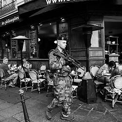 lundi 22 août 2016, 10h10, Paris IV. Patrouille matinale de sapeurs du 6ème Régiment du Génie devant les terrasses de café du Marais.