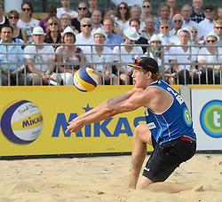 17-07-2014 NED: FIVB Grand Slam Beach Volleybal, Apeldoorn<br /> Poule fase groep A mannen - Steven van de Velde (2) NED