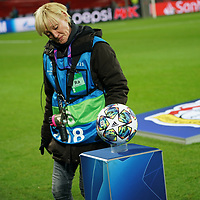 06.11.2019, BayArena, Leverkusen, Championsleague, Vorrunde, 4. Spieltag, GER, UEFA  CL, Bayer 04 Leverkusen (GER) vs. Atletiko Madrid (ESP),<br />  <br /> UEFA regulations prohibit any use of photographs as image sequences and/or quasi-video<br /> <br /> im Bild / picture shows: <br /> der Spiel-Ball wird geprueft <br /> <br /> Foto © nordphoto / Meuter<br /> <br /> <br /> <br /> Foto © nordphoto / Meuter