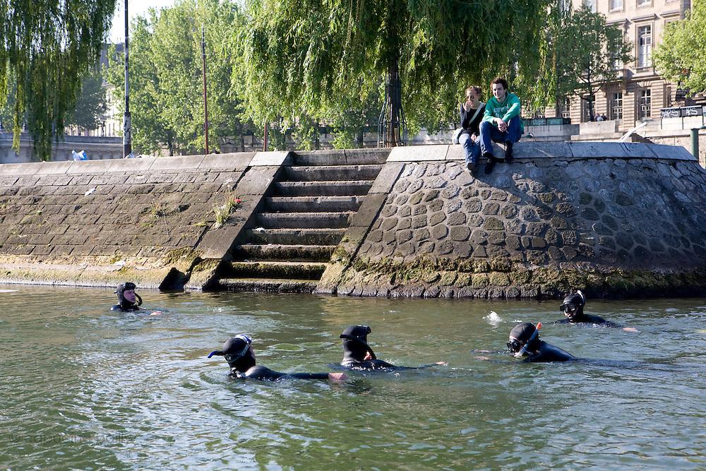 Paris, France. 1er Mai 2009..Brigade Fluviale de Paris..9h37 En entrainement de natation (pendant une heure environ)...Paris, France. May 1st 2009..Paris fluvial squad..9:37 am Swimming training (about an hour).