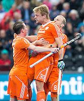 LONDEN -  Mink van der Weerden (m) heeft gescoord en viert het met Billy Bakker (r) en Seve van Ass (l)   tijdens  de  finale  tussen de heren van Nederland en Duitsland  bij  het Europees Kampioenschap hockey in Londen.    ANP KOEN SUYK