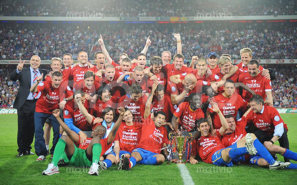FUSSBALL   Super - League  SAISON 2007/2008   10.05.2008 FC Basel - BSC Young Boys Bern Offizielle Meisterschaftsfoto mit Pokal des Meisters der Saison 2007/2008 FC Basel.