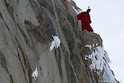 BASE JUMBER  ET WINGSUITER  CEDRIC DUMONT  AVANT LE SAUT DE L AIGUILLE DU MIDI (3800 M)