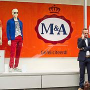 Amsterdam, 25-04-2013. Ter voorbereiding op de abdicatie/inhuldiging op 30 april zijn verschillende gebouwen, ondernemingen versiert. De etalages van het filiaal van C&A aan het Damrak te Amsterdam; zijn omgetoverd in M(axima)&A(lexander).