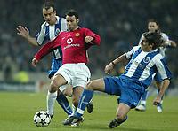 PORTO-25 FEVEREIRO:RYAN GIGGS #11, JORGE CCOSTA and PEDRO MENDES  #23 no Jogo F.C. Porto vs Manchester United F.C. primeira mao dos oitavos de final da Liga dos campeoes realizado no estadio do Dragao 25/02/2004.<br />(PHOTO BY:JOSE  GAGEIRO/AFCD)