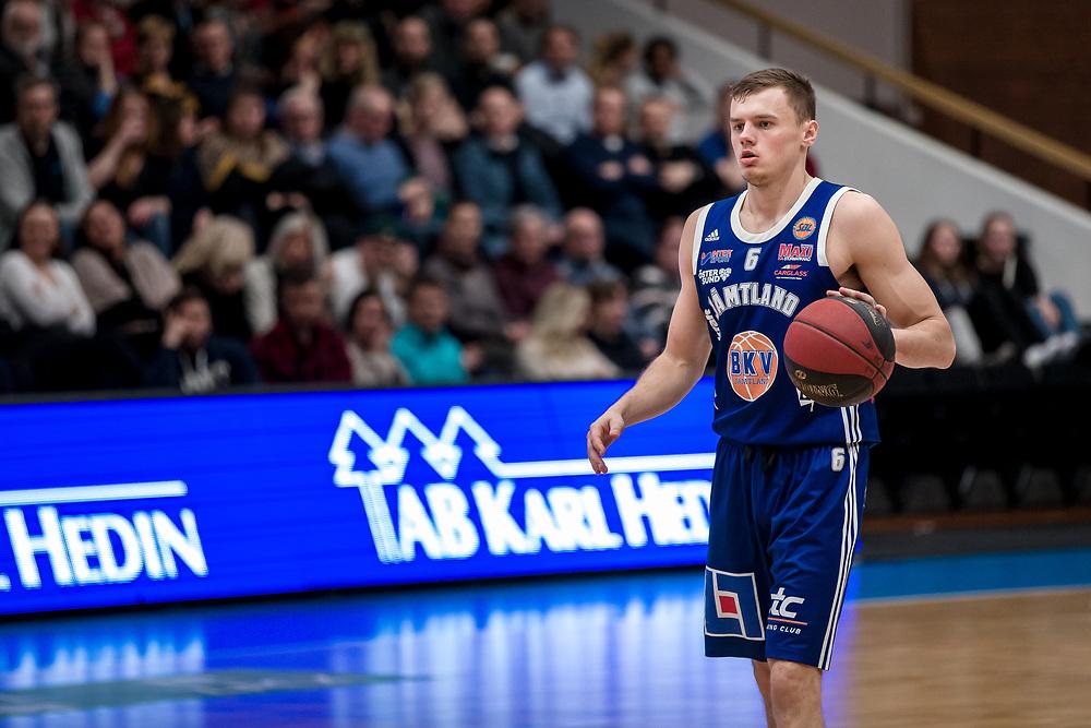 ÖSTERSUND 20200310<br /> Jämtlands Jaan Puidet med bollen  under tisdagens match i basketligan mellan Jämtland Basket och Södertälje Basket i Östersunds Sporthall.<br /> <br /> Foto: Per Danielsson/Projekt.P