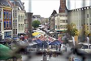 Nederland, Nijmegen, 2-10-2016Zicht op de stad, binnenstad, stadscentrum . Het is zaterdag, dus marktdag in de Burchtstraat . Beeld gemaakt door een glas in loodraam .Foto: Flip Franssen