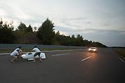 Op de Dekrabaan in Schipkau is het team van de Franse universiteit IUT Annecy bezig met het uurrecord met de Altair. Het team, met rijder Aurelien Bonnetau, breekt de poging na een half uur af omdat het zicht te slecht is. Aan het einde van de rit valt Bonnetau doordat het vangteam te laat was.<br /> <br /> At the Dekra track in Schipkau the team of the French university IUT Annecy is making an attempt for the hour record with the Altair. The team, with rider Aurelien Bonneteau, stopss the attempt after half an hour because visibility is poor.