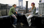 New York. Brooklyn. DUMBO area, Tatiana Murray sculptor (UK) and Nathalie Munk painter (can)  artist studio in Brooklyn;  on the roof under Manhattan bridge  New York  Usa   /   Dumbo, atelier d'artistes à Brooklyn;  Tatiana Murray sculpteur (UK) et Nathalie Munk (can) sur le toit d'un building sous le pont de Manhattan  New York  USa