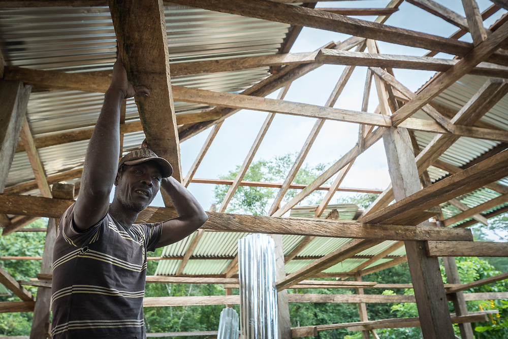 16 November 2018, San José de León, Mutatá, Antioquia, Colombia: Manuel and his friends have spent three days mounting a new wooden house construction in the community of San José de León. The wooden parts of the house are expected to be finalized within a period of two weeks. Following the 2016 peace treaty between FARC and the Colombian government, a group of ex-combatant families have purchased and now cultivate 36 hectares of land in the territory of San José de León, municipality of Mutatá in Antioquia, Colombia. A group of 27 families first purchased the lot of land in San José de León, moving in from nearby Córdoba to settle alongside the 50-or-so families of farmers already living in the area. Today, 50 ex-combatant families live in the emerging community, which hosts a small restaurant, various committees for community organization and development, and which cultivates the land through agriculture, poultry and fish farming. Though the community has come a long way, many challenges remain on the way towards peace and reconciliation. The two-year-old community, which does not yet have a name of its own, is located in the territory of San José de León in Urabá, northwest Colombia, a strategically important corridor for trade into Central America, with resulting drug trafficking and arms trade still keeping armed groups active in the area. Many ex-combatants face trauma and insecurity, and a lack of fulfilment by the Colombian government in transition of land ownership to FARC members makes the situation delicate. Through the project De la Guerra a la Paz ('From War to Peace'), the Evangelical Lutheran Church of Colombia accompanies three communities in the Antioquia region, offering support both to ex-combatants and to the communities they now live alongside, as they reintegrate into society. Supporting a total of more than 300 families, the project seeks to alleviate the risk of re-victimization, or relapse into violent conflict.