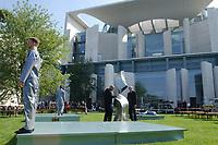 """11 AUG 2002, BERLIN/GERMANY:<br /> Performance der Kuenstlergruppe phase7 """"Strange Particles Evolution"""", waehrend einem Kuenstlerbrunch, Garten, Bundeskanzleramt<br /> IMAGE: 20020811-01-001<br /> KEYWORDS: Künstlerbrunch"""