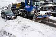 Een sneeuwschuiver passeert een auto die vast zit op de Amsterdamsestraatweg in Utrecht. De hevige sneeuwval levert de nodige problemen op in Nederland.<br /> <br /> A plow is passing a car which is stuck at the Amsterdamsestraatweg in Utrecht. Due to the heavy snowfall this winter traffic is having a lot of problems.