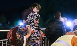 26.09.2015, Grenzübergang, Salzburg, AUT, Fluechtlingskrise in der EU, im Bild Flüchtlinge warten an der Grenze zu Deutschland // Migrants on the Austrian - German Border. Thousands of refugees fleeing violence and persecution in their own countries continue to make their way toward the EU, border crossing, Salzburg, Austria on 2015/09/26. EXPA Pictures © 2015, PhotoCredit: EXPA/ JFK