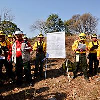 Temascaltepec, México (Abril 26, 2018).- 80 brigadistas de la Comisión Nacional Forestal (CONAFOR) y voluntarios llevaron a cabo un incendio prescrito de 4o hectáreas de terreno en el ejido El Limón, en Temascaltepec, divididos en tres cuadrillas trabajaron durante tres horas.  Agencia MVT / Crisanta Espinosa.