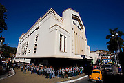 Nova Lima_MG, Brasil...Grupo Armatrux - Espetaculo de Banda pra Lua. Na foto criancas em uma fila para entrar no Teatro Municipal de Nova Lima...The Armatrux group - De Banda pra Lua spectacle. In this photo, children in row in front of Teatro Municipal of Nova Lima...Foto: LEO DRUMOND /  NITRO
