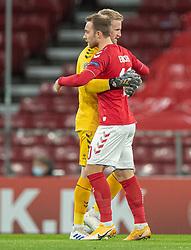 Kasper Schmeichel  og Christian Eriksen (Danmark) før kampen i Nations League mellem Danmark og Island den 15. november 2020 i Parken, København (Foto: Claus Birch).