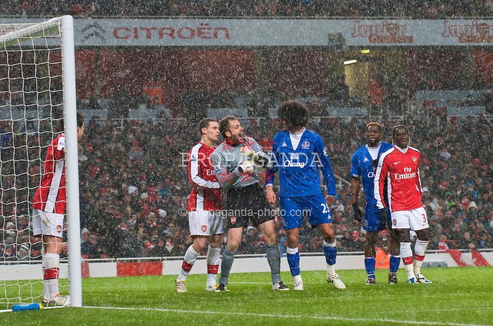 LONDON, ENGLAND - Saturday, January 9, 2010: Everton's Marouane Fellaini clashes with Arsenal's goalkeeper Manuel Almunia during the Premiership match at the Emirates Stadium. (Photo by David Rawcliffe/Propaganda)