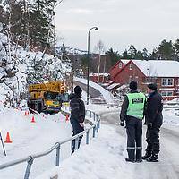 KRISTIANSAND  20170307.<br /> To barn er skadd i en ulykke ved Karuss skole i Kristiansand.Politiet opplyser at et av barna er kritisk skadd og kjørt til sykehus. Kommunens kriseteam er varslet og vil bli sendt til skolen. Det ser ut som en mobilkran har sklidd på det glatte føret og kommet inn på gang- og sykkelveien. Ett av de to barna måtte frigjøres, opplyser politiet.<br /> Foto: Tor Erik Schrøder / NTB scanpix
