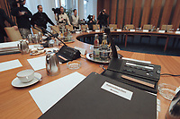 """17 JAN 2001, BERLIN/GERMANY:<br /> Unterlagenmappe """"Kabinettsvorlage Minister"""" auf dem Kabinettstisch vor der Kabinettsitzung<br /> IMAGE: 20010117-01/01-14<br /> KEYWORDS: Kabinett, Tisch"""