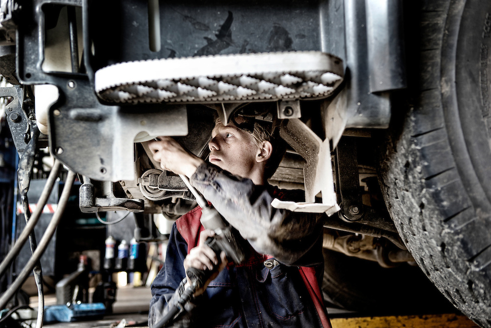 Lastbil mekaniker i arbejde hos Stiholt i Ålborg