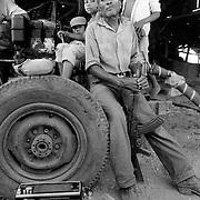 """EL MILICIANO NIEVES PERALTA ACOMPA—ADO DE UNOS NI—OS EN EL ASENTAMIENTO COOPERATIVA """"ULISES RODRIGEZ RUGAMA. ESTELI.NICARAGUA. 1985."""