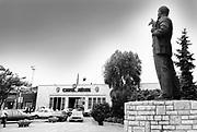 Hongarije, Boedapest, 12-6-1989 Verschillende straatbeelden van de stad. straatbeeld,stadsbeeld,straatgezicht,stadsgezicht, Ingang van een fabriek, hoogoven, met een beeld van Lenin .Foto: Flip Franssen