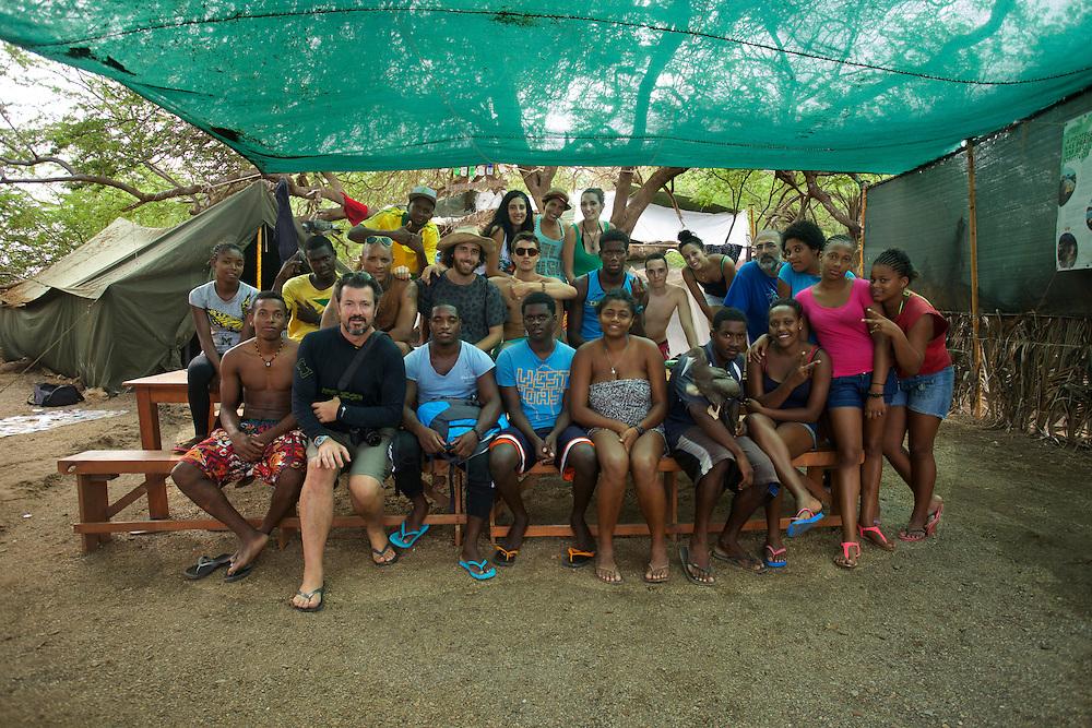 13/Septiembre/2014 Cabo Verde. Boa Vista.<br /> Foto de familia del personal del campamento de  la Ong Bios en la playa de Joao Barrosa.<br /> <br /> © JOAN COSTA