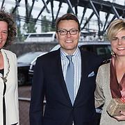 NLD/Amsterdam/20140425 - Prins Constantijn en Prinses Laurentien bij uitreiking World Press Photo 2013, met loco burgemeester Carolien Gehrels