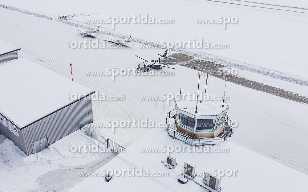 THEMENBILD - Flugzeuge am Rollfeld mit dem Hangar und dem Hauptgebäude mit Tower am Flugplatz Zell am See (LOWZ), hier dürfen Flugzeuge bis maximal 5,7 Tonnen Gesamtgewicht landen, aufgenommen am 24. 01 2019 in Zell am See, Oesterreich // Airplanes on the runway with the hangar and the main building with tower at the airfield Zell am See (LOWZ), here aircraft may land up to a maximum of 5.7 tons total weight in Zell am See, Austria on 2019/01/24. EXPA Pictures © 2019, PhotoCredit: EXPA/ JFK