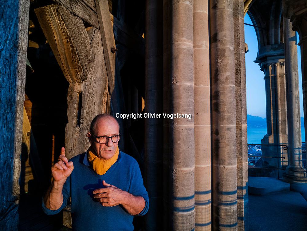 Lausanne, 14 juin 2021. Le guet Renato Häusler sur la cathédrale de Lausanne. Il annonce l'heure à partir de 22h chaque heure jusqu'à 02h du matin. aux quatres coins cardinaux de la tour. Vue depuis le sommet de la cathédrale. Avant l'annonce. © Olivier Vogelsang