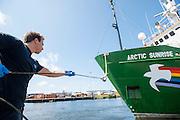 De Arctic Sunrise is aangemeerd in Beverwijk. In IJmuiden is de Arctic Sunrise, het schip van milieuorganisatie Greenpeace dat een jaar door Rusland in beslag is genomen, aangekomen. De voormalige ijsbreker wordt in Amsterdam uit het water gehaald en opgeknapt omdat het gehavend is geraakt toen het aan de ankers lag. De boot van de milieuorganisatie is september 2013 door de Russen geënterd en de bemanningsleden vastgezet op verdenking van piraterij. Greenpeace voerde actie bij een boorplatform in de Barentszzee. Als het schip weer is gerepareerd, wil de milieubeweging weer campagnes houden met de Artic Sunrise.<br /> <br /> In IJmuiden, the Arctic Sunrise, the Greenpeace ship that a year ago is seized by Russia, arrived. The former ice breaker is removed from the water in Amsterdam and refurbished since it was damaged when it was up to the anchors. The boat of the environmental organization is boarded in September 2013 by the Russians and the crew put down on suspicion of piracy. Greenpeace campaigned on a drilling platform in the Barents Sea. If the ship is repaired, the environmental movement wants to use the Arctic Sunrise again for campaigning.