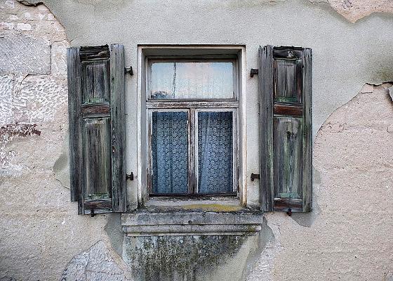 Duitsland, Esslingen, 15-6-2013Een raam met houten luiken in de muur van een oude boerderij.Foto: Flip Franssen/Hollandse Hoogte