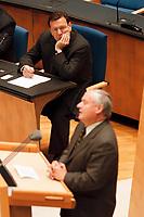21.01.1999, Deutschland/Bonn:<br /> Gerhard Schröder, SPD, Bundeskazler, beobachtet den Redner Oskar Lafontaine, SPD, Bundesfinanzminister, während der Bundestagsdebatte zur Finanz- und Wirtschaftspolitik, Plenum, Deutscher Bundestag<br /> IMAGE: 19990121-01/01-23<br /> KEYWORDS: Gerhard Schroeder, Rede, speech