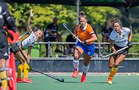 BLOEMENDAAL   - Lynn Oosterveer (Bldaal) met Renee van den Brand (Vict)  oefenwedstrijd dames Bloemendaal-Victoria, te voorbereiding seizoen 2020-2021.   COPYRIGHT KOEN SUYK