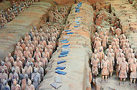 Chine, province du Shaanxi, environs de Xian, site de Lintong classé Patrimoine Mondial de l' UNESCO, armée de terre cuite gardant la tombe du premier empereur Qin Shi Huangdi // China, Shaanxi province, Xian, Lintong site, Detail of some of the six thousand statues in the Army of Terracotta Warriors, 2000 years old, from the tomb of the First Emperor of China, Unesco world heritage
