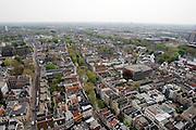 Utrecht gezien vanaf de Dom richting het oosten. In het midden loopt de Oudegracht. Rechts is Springhaver te zien.<br /> <br /> The center of Utrecht seen towards the east with the Oudegracht in the middle