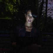 Primo piano di ragazza illuminato dallo schermo del computer portatile..Headshot girl lit up by the laptop screen.