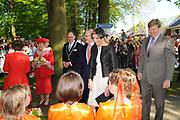 KONINGINNEDAG 2009 in Apeldoorn / Queensday 2009 in the city of Apeldoorn.<br /> <br /> Op de foto / On the Photo:<br />  Princes Maxima and Willem Alexander arrive at the Oranjepark in Apeldoorn and receive flowers