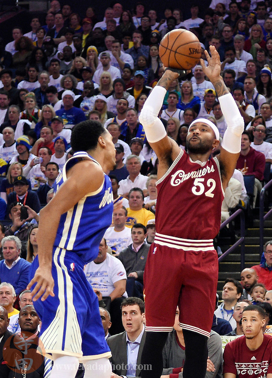 Dec 25, 2015; Oakland, CA, USA; Cleveland Cavaliers guard Mo Williams (52) shoots against the Golden State Warriors in the first half of a NBA basketball game on Christmas at Oracle Arena.