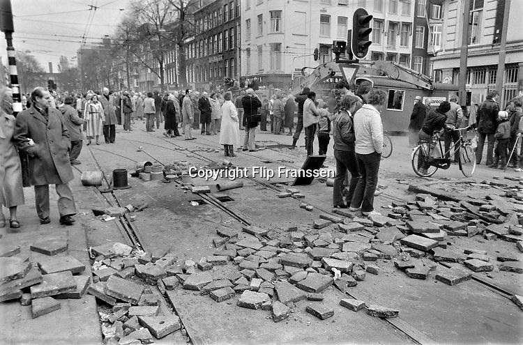 Nederland, Amsterdam, 2-3-1980  Barricades van zand, stoeptegels, bouwketen en ander bouwmateriaal op de Overtoom, kruising Vondelstraat. Een pand aan de Vondelstraat is gekraakt en de politie was niet in staat het te voorkomen of direct te ontruimen . De volgende nacht zou met tanks en pantserwagens de straat vrijgemaakt worden.Foto: Flip Franssen