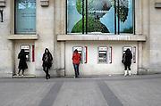 Frankrijk, Parijs, 28-3-2010Filiaal van de bank HSCB  met geldautomatenFoto: Flip Franssen/Hollandse Hoogte