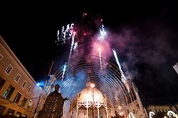Lecce - Festeggiamenti in onore di Sant'Oronzo, San Giusto e San Fortunato. I fuochi pirotecnici anticipano l'accensione delle luminarie, al cospetto della Statua di Sant'Oronzo.