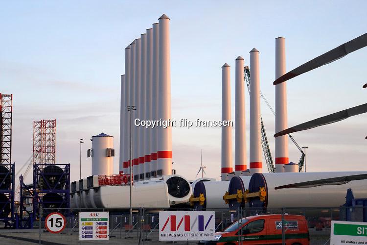Nederland, Vlissingen, 14-9-2019Op een bedrijfsterrein liggen onderdelen van windmolens in de opslag te wachten tot ze op zee in elkaar gezet gaan worden in een nieuw windmolenpark aan de Belgisch Zeeuwse kust . Losse masten, turbinehuizen en wieken staan netjes bij elkaar . Opbouw van windmolenpark .Foto: Flip Franssen