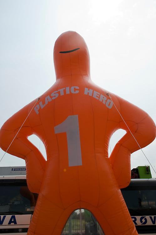 Nederland, Zwolle, 3 juli 2010.Open dag  bij Rova, de afvalinzamelaar van Zwolle en omgeving. .Plastic Hero, het symbool van de plastic inzameling, maakt reclame voor het gescheiden inzamelen van plastic...Foto (c)  Michiel Wijnbergh