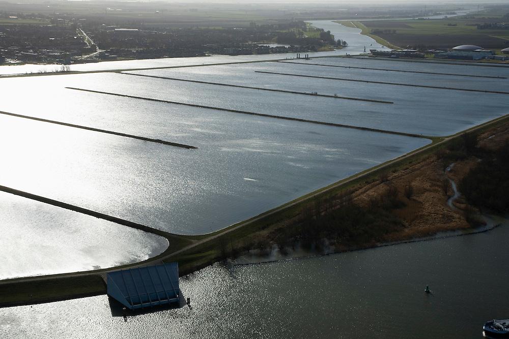 Nederland, Zuid-Holland, Spijkenisse, 04-03-2008; spaarbekken Berenplaat (ten oosten van de 'woonkern' Beerenplaat), 'productielokatie' voor drinkwater van drinkwaterbedrijf Evides (voorheen Waterbedrijf Europoort), water wordt via pijpleidingen uit de Biesbosch naar het spaarbekken getransporteerd, waarna het proces van drinnkwaterzuivering volgt; boven in beeld van het / de Spui, verlengde van de Oude Maas, links daar van Oud-Beijerland. .luchtfoto (toeslag); aerial photo (additional fee required); .foto Siebe Swart / photo Siebe Swart.