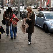 NLD/Amsterdam/20061228 - Premiere De Reuzenkrokodil, aankomst Anthonie Kamerling, Isa Hoes en zoon Merlijn