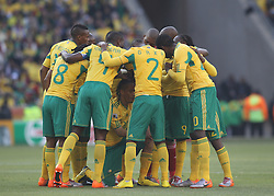 11.06.2010, Soccer City Stadium, Johannesburg, RSA, FIFA WM 2010, Südafrika (RSA) vs Mexico (MEX), im Bild Steven Pienaar of South Africa crouches in the middle of the team huddle prior to kick off, EXPA Pictures © 2010, PhotoCredit: EXPA/ IPS/ Mark Atkins