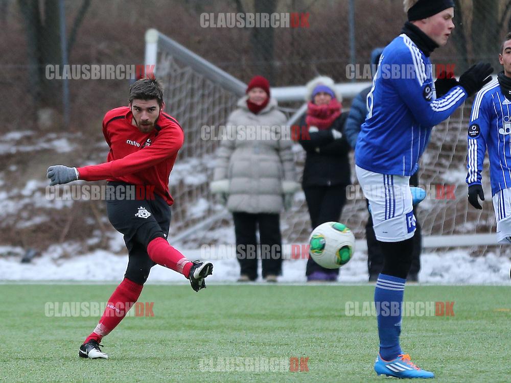 Emil Müller (FC Helsingør) skyder på mål.